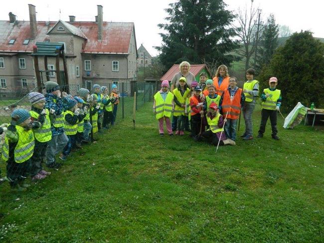 Děti z jetřichovské školy se připojily k jarnímu úklidu Broumovska