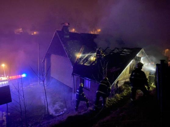 V Polici nad Metují hořelo podkroví domu
