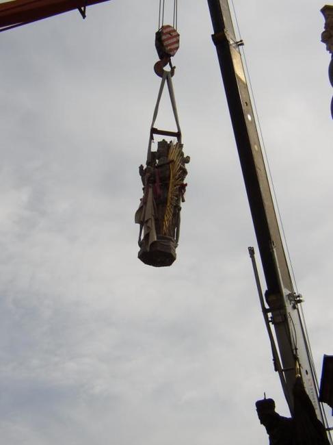 Vrcholová socha Panny Marie sloupu na broumovském náměstí je zpět