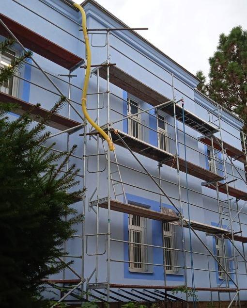 Veřejnost je zděšena barvou omítky historické budovy
