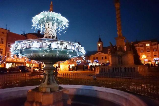 Čeští krajané v Americe obdivují vánoční výzdobu na broumovském náměstí