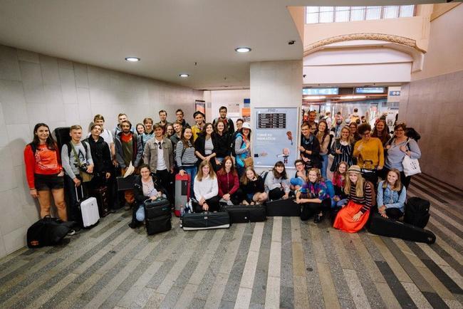Při koncertním benefičním turné po nádražích muzikanti z Police Symphony Orchestra vybrali pro Plešouny přes sto tisíc korun