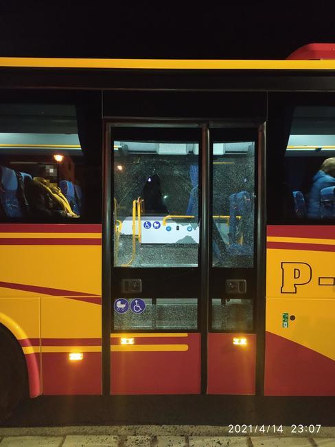 Na autobus jedoucí do Broumova zřejmě někdo střílel