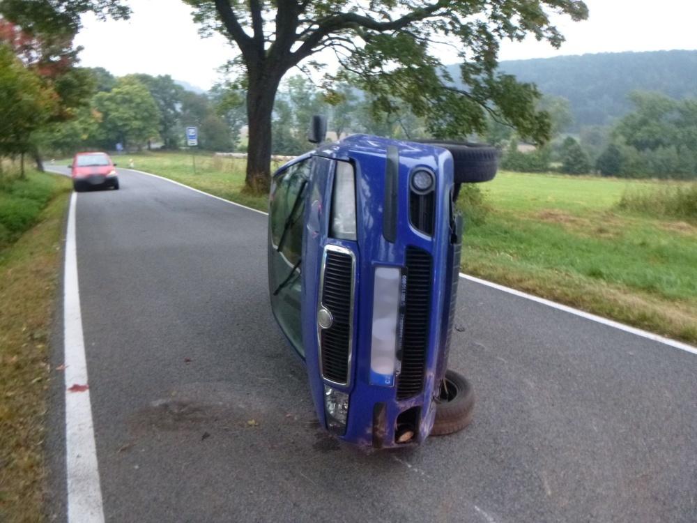 Dvě nehody, dvě auta převrácená na bok, naštěstí bez zranění
